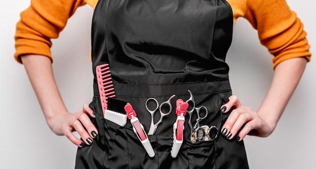Equipamento profissional de cabeleireiro em avental de trabalho