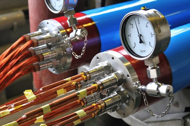 Equipamento tecnológico, medição de pressão em dispositivo de metal com um feixe de fios finos cortados saindo deles