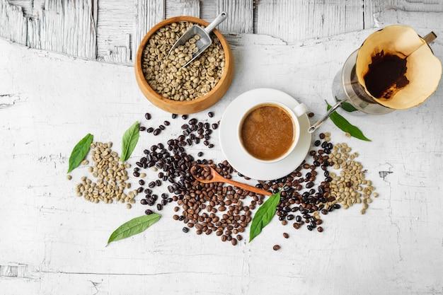 Equipamento usado para preparar café e grãos de café com uma xícara de café