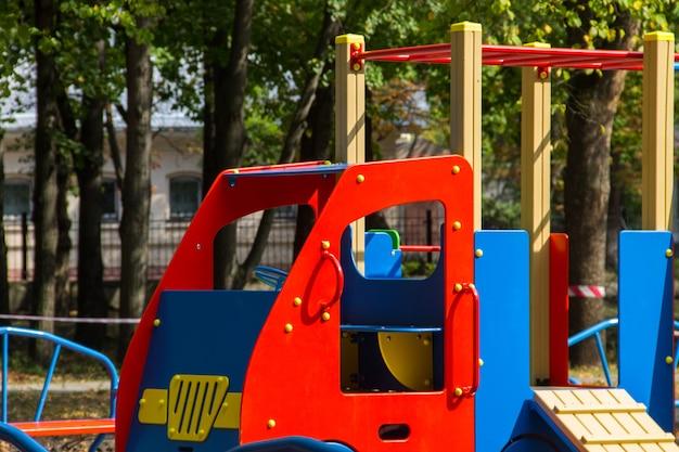 Equipamentos coloridos de playground para crianças em parque público