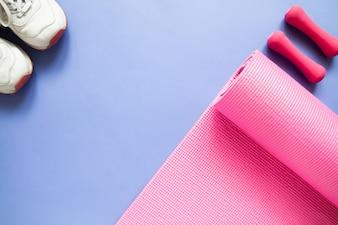 Equipamentos de esporte e fitness em fundo de cor roxa