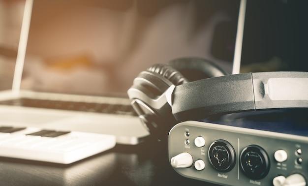 Equipamentos de estúdio de música em casa com o computador portátil
