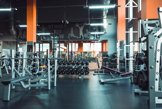 Equipamentos de ginástica no clube de fitness