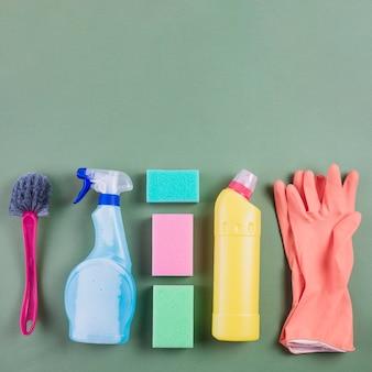 Equipamentos de limpeza dispostos em fileira