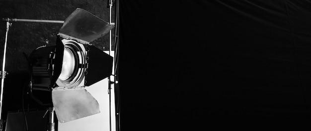 Equipamentos de luz de estúdio para vídeo de foto ou filme. conjunto de luzes para fotografia profissional e fundo de tela. holofote led e spot light para produção de vídeo. a configuração inclui softbox da porta do celeiro.