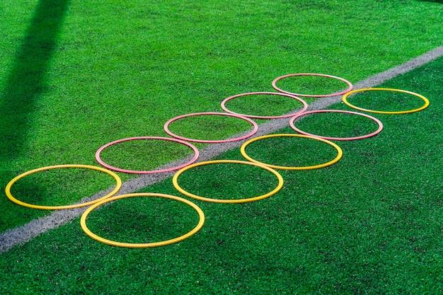 Equipamentos de treinamento de esporte de futebol no campo de treinamento de futebol ao ar livre verde