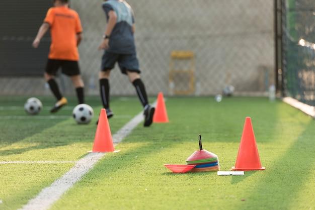 Equipamentos de treinamento de futebol no campo