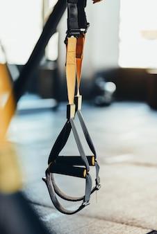 Equipamentos de treinamento funcional e acessórios esportivos close-up de alças de fitness trx