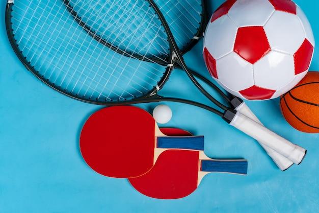 Equipamentos desportivos plana leigos. variedade de raquetes e bolas