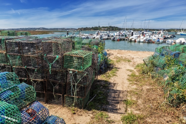 Equipamentos e armadilhas de pescadores para a captura de mariscos e peixes. na vila de alvor algarve.