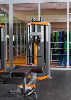 Equipamentos e máquinas de ginástica na moderna sala de ginástica vazia do centro de fitness