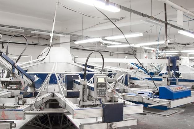 Equipamentos e máquinas para pintura de tecidos em uma confecção
