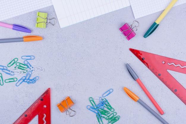 Equipamentos escolares e de escritório, incluindo papéis e outras ferramentas