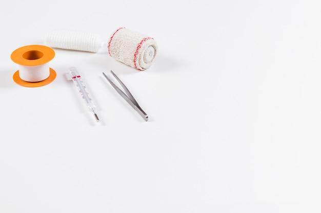 Equipamentos médicos do molho ferido no fundo branco