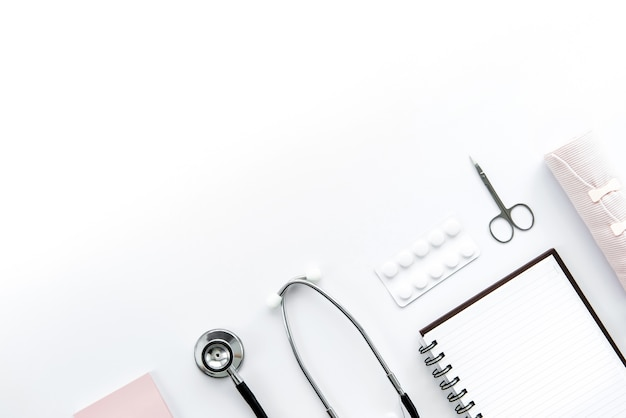 Equipamentos médicos em fundo branco