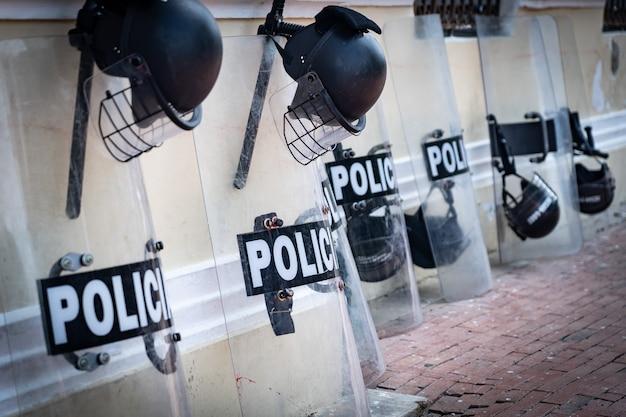 Equipamentos policiais como escudo e capacete na rua. conceito de proteção e força.