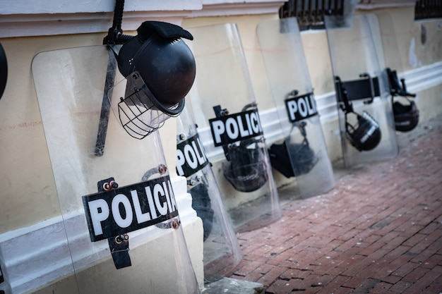 Equipamentos policiais como escudo e capacete na rua. foto de alta qualidade