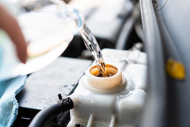 Equipe a água de enchimento no tanque de caldeira em um veículo fechar.
