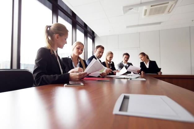 Equipe analítica de negócios trabalhando em reunião com documentos financeiros