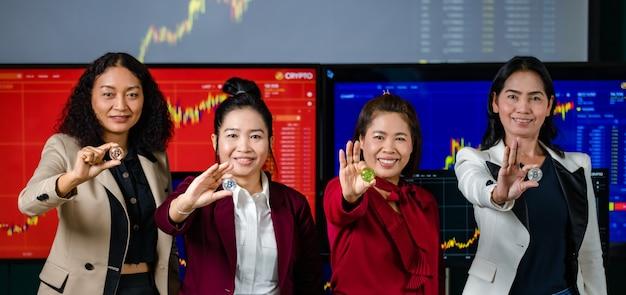 Equipe asiática de corretora profissional bem-sucedida, investidora, sorrindo lado a lado
