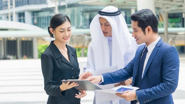 Equipe asiáticos empresários inteligente homem e mulher falam e apresentam o projeto.