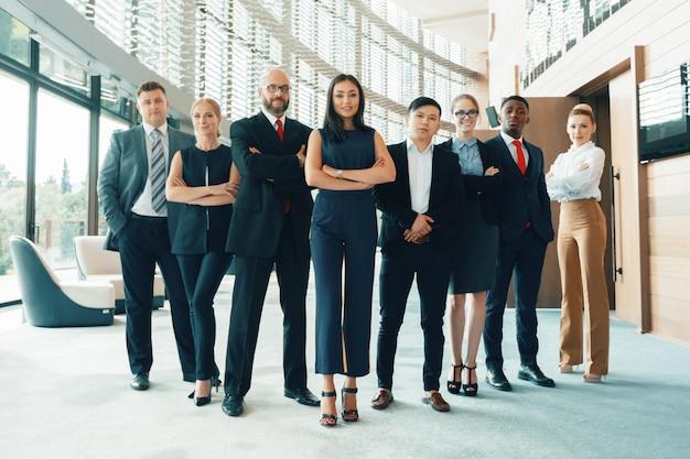 Equipe bem sucedida de jovens empresários de perspectiva no escritório