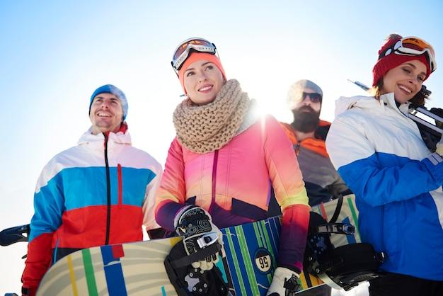 Equipe com equipamentos de inverno na vista superior