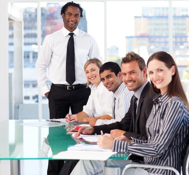 Equipe comercial internacional trabalhando e sorrindo para a câmera