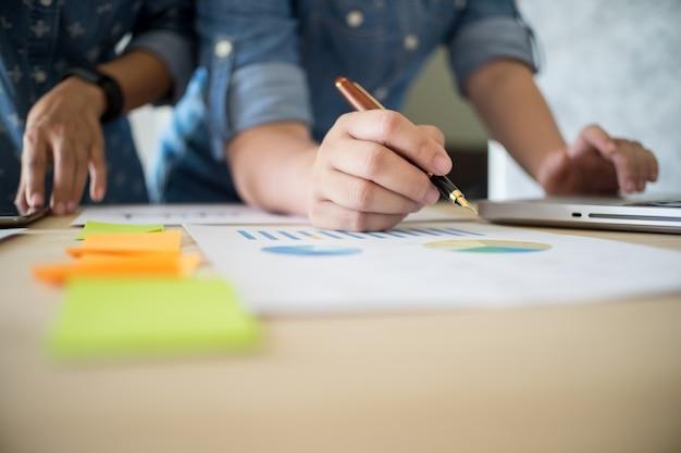 Equipe comercial trabalhando em um novo plano de negócios com computador digital moderno com copyspace.