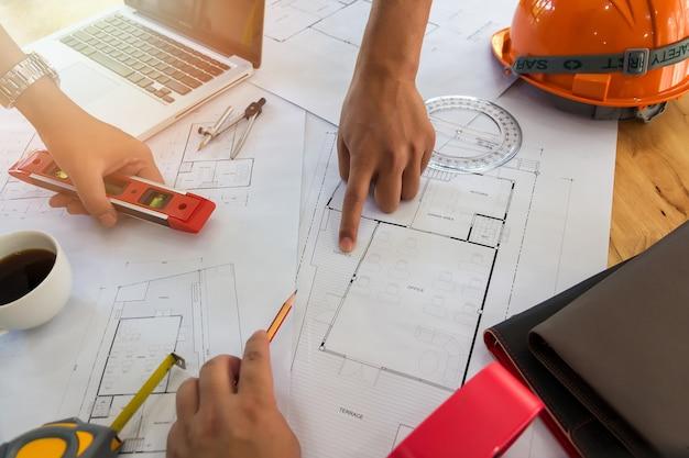 Equipe confiável do arquiteto que trabalha junto em um escritório. então discutindo sobre o projeto startup novo na mesa. arquiteto discutir com o engenheiro sobre o projeto no escritório, conceito arquitetônico