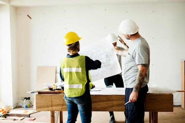 Equipe construção, trabalhando, um, blueprint