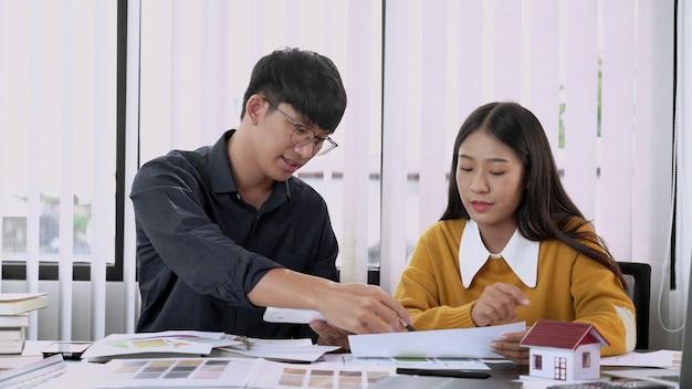 Equipe criativa analisando e brainstorming planning em um projeto comum no estúdio de design do coworking space.