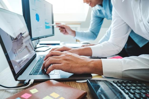 Equipe criativa multirracial trabalhando juntos no escritório moderno rindo e brainstorming reunião colega sobre novo projeto de inicialização.