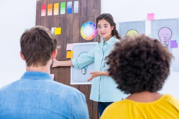 Equipe criativa tendo uma reunião