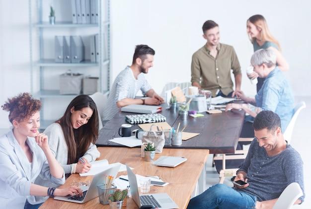 Equipe culturalmente diversa de funcionários aproveitando seu tempo de folga