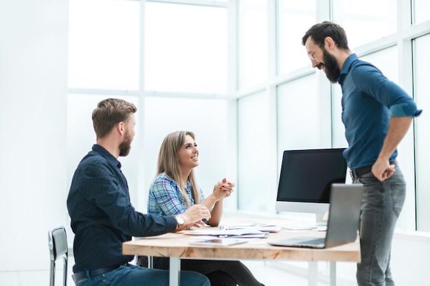 Equipe da agência conversando com o cliente no escritório. foto com espaço de cópia
