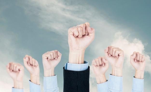 Equipe da air fists of business: bem-sucedido corporativo, sucesso corporativo de pessoas de negócios e alcançar o vencedor-alvo.