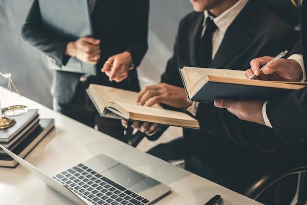 Equipe de advogados de negócios. trabalhando juntos de advogado na reunião.