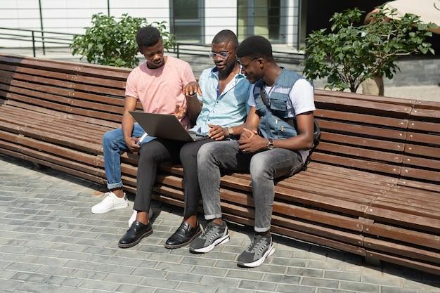 Equipe de africanos junto com laptop