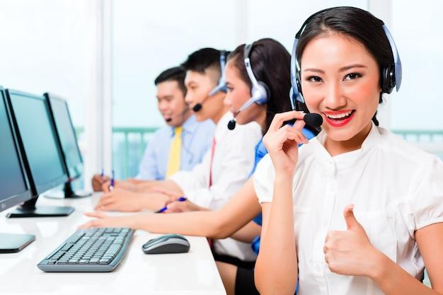 Equipe de agente de call center chinês asiático no telefone
