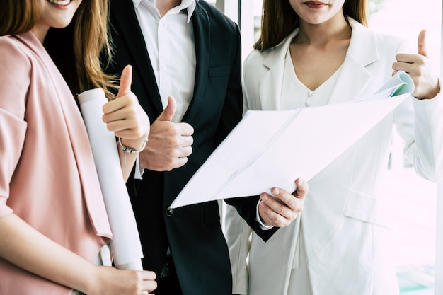 Equipe de amigos de negócios três confiança com o polegar para cima