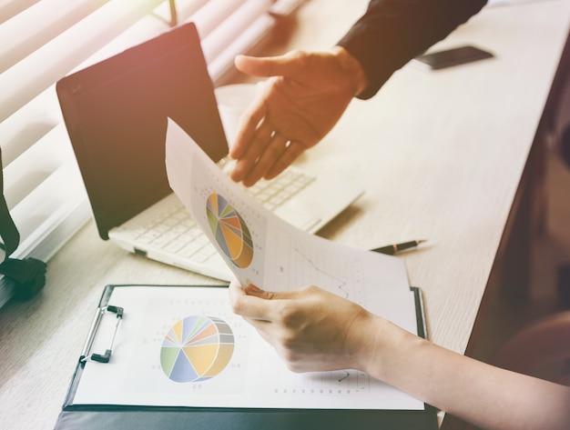 Equipe de análise de consultoria de negócios de planos de negócios