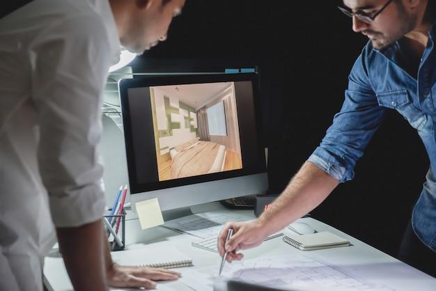 Equipe de arquiteto discutindo o projeto à noite