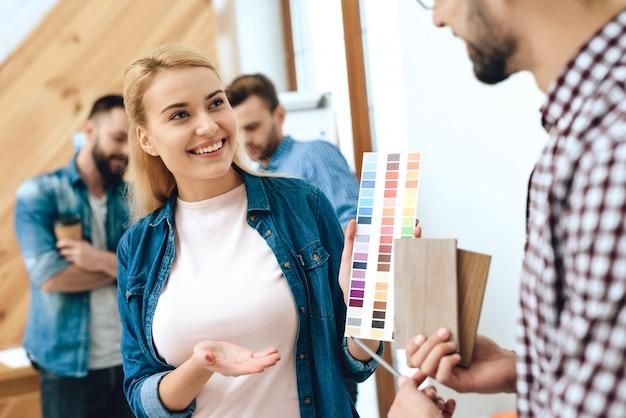 Equipe de arquitetos de designers, olhando para as cores.