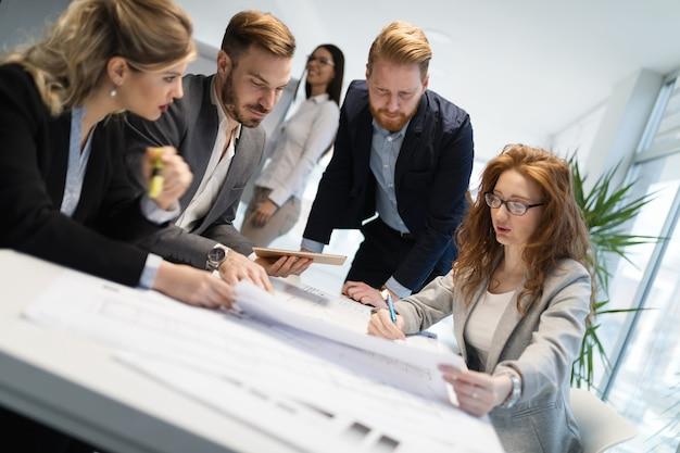 Equipe de arquitetos trabalhando juntos no projeto no escritório