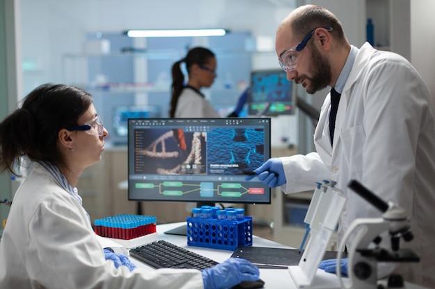 Equipe de bióloga médica trabalhando em laboratório de microbiologia hospitalar