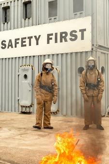 Equipe de bombeiros em um treinamento como parar fogo