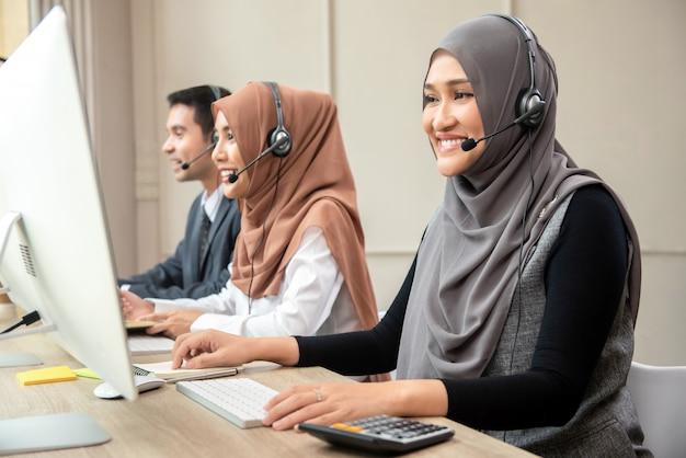 Equipe de centro de chamada muçulmana asiática