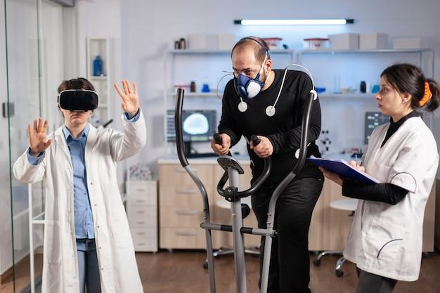 Equipe de cientista usando tecnologia de realidade virtual, em ciências de laboratório de esportes. resistência de esportes profissional jovem atleta, teste de treinamento cruzado com exercício de máscara.