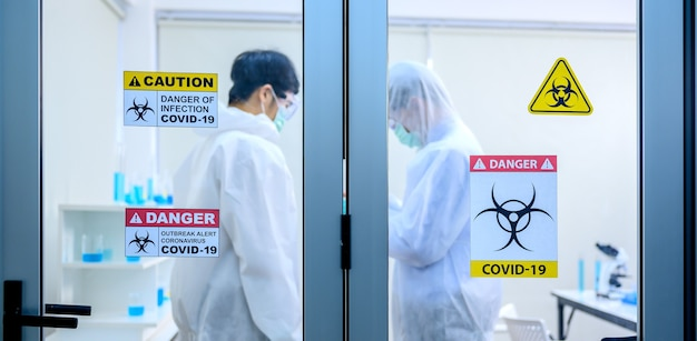 Equipe de cientistas pesquisando a cura do coronavírus em laboratório. médico asiático trabalhando em uma vacina contra a infecção pelo vírus.